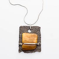 Halsnahe Kette – Silberkette, Anhänger aus Eisen mit Silber und Bernstein