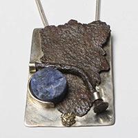 Kette mit Anhänger – Silber, Eisen, Gold, Sodalith